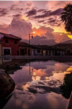 La bella Antigua Guatemala..reflejo del atardecer