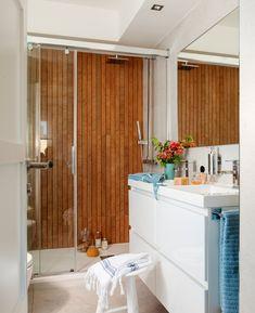 Ducha con pared de imitación madera y mampara de cristal. Bajolavabo blanco (00409134)