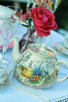 Oh you pretty things...Beautiful vintage teapot!