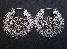 Los balineses de plata esterlina aro pendientes.  Nuestra calidad, Los pendientes hechos por nuestros orfebres balineses.  Tipo del metal: la plata esterlina.925.  Diseño de Bali (8 m)  Medidas:  Longitud: 1,25 pulgadas (3,1 cm) Ancho: 3,1 cm. Peso total: 7 gramos.     =======================================  Por favor lea mis políticas antes de orden!!! Políticas: http://www.etsy.com/shop/Telur/policy  =======================================  Accede a mi tienda aquí: Telur.etsy.com…