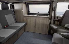 Campingbus mit großen Aufstellfenstern und Küche
