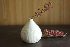 白い陶器の一輪挿し「雫」 Clay Crafts, Arts And Crafts, Keramik Vase, Ceramic Design, Muji, Green Flowers, Ikebana, Pottery, Display