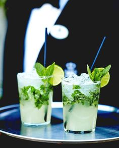 Mojito a drink that, if made good, cools down a person down in august that could make the bad weather sweeter in winter period. Vodka Mojito, Sangria, Mexican Food Recipes, Snack Recipes, Virgin Mojito, Popular Cocktails, Caramelized Bacon, Thermomix Desserts, Appetizers