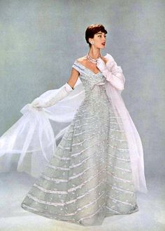 We've got serious style envy for this stunning Christian Dior gown from Timeless and elegant. Vintage Glamour, Vintage Dior, Vintage Gowns, Vintage Couture, Vintage Beauty, Vintage Evening Gowns, Vintage Clothing, Vintage Hats, Retro Mode
