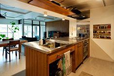 <p>キッチンもですが、梁部分に隠すように設置された棚&レンジフードにもご注目。</p>