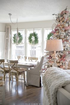 The Christmas countdown is just launched! Bring the magic of Christmas to your home! Because it is not always easy to imagine a Christmas decoration and holiday table consistent and really like you, deco. Christmas Lanterns, Christmas Porch, Christmas Party Decorations, Christmas Holidays, Holiday Decor, Outdoor Christmas, Seasonal Decor, Holiday Ideas, Lawn Decorations