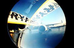 Comisia Europeană (CE) a decis că Ryaniar, compania low-cost irlandeză, să restituie 300.000 € proveniţi din ajutoare ilegale primite de la aeroportul german Altenburg-Nobitz, un aerodrom mic situa...