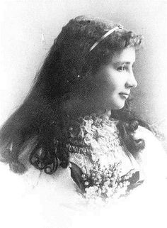 This is a picture of Helen Keller as a young teenager. I pinned this because some people think that she would look different sense she was deaf and blind. But she looks as normal as anyone else. Pictures Of Helen Keller, Helen Keller Biography, Anne Sullivan, The Miracle Worker, Book Authors, Books, Down South, Women In History, History Major