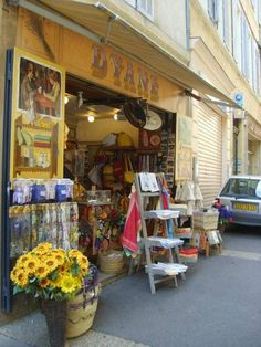 Sokakları, akşam güzel kafe ve restoranları, büyük kapıları (kapı hastasıyım bildiğiniz gibi), rahat yaşamı ile aix en provence gerçekten bölgenin en görülmesi gereken şehirlerinden... Daha fazla bilgi ve fotoğraf için; http://www.geziyorum.net/aix-en-provence/
