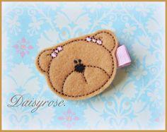 Pinza de pelo fieltro gran oso de peluche por LittleMissDaisyrose, $3.75