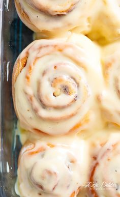 Quick Soft Cinnamon Rolls - with a cream cheese glaze; super fluffy and light with a simple homemade dough, and a quick method to get baking! Breakfast Items, Breakfast Dishes, Breakfast Recipes, Blueberry Breakfast, 13 Desserts, Delicious Desserts, Yummy Food, Cinnabon, Amish Recipes