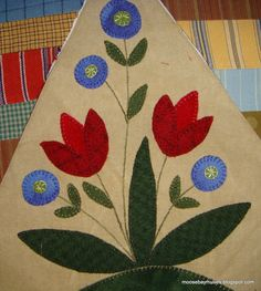 Moose Bay Muses: Not So Slow Wooly Stitching. Folk Art Flowers, Felt Flowers, Flower Art, Felt Applique, Applique Quilts, Bee Skep, Wool Quilts, Stamp Making, Rug Hooking
