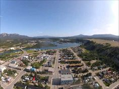 The city of Whitehorse in the Yukon Territory on a beautiful July day. Approaching from the North over the Yukon River. Great footage of a floatplane landing. Yukon Canada, What Is Geography, Yukon River, Kids Going To School, Yukon Territory, 7 Continents, Northwest Territories, Paris Skyline