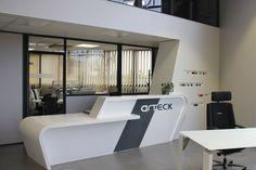 Réalisation d'une magnifique banque d'accueil rétroéclairée, d'habillage et de mobilier de présentation en résine de synthèse dans le showroom d'Arteck.