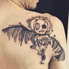 . . Von gruselig bis niedlich ist alles mit dabei Der Voodoo Kult, mit seinen Ursprüngen aus Afrika und seiner größten Verbreitung in der wunderschönen Karibik, ist ebenso geheimnisvoll wie tiefgründig. Die klassische Voodoo-Puppe hat als Tattoo meinst keine tiefere Bedeutung, sondern dient in…
