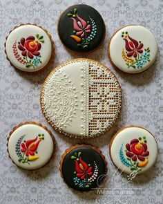 Hungarian cake decorating boutique Mezesmanna and chef Judit Czinkne Poor's embroidery art cookies. Cookies Cupcake, Flower Cookies, Iced Cookies, Royal Icing Cookies, Sugar Cookies, Ginger Cookies, Cupcakes, Baking Cookies, Hungarian Cookies