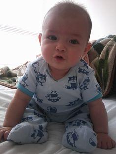 El desarrollo psicomotor del bebé de 6 meses se caracteriza porque ya puede desplazarse reptando y mantenerse sentado sin apoyo durante unos segundos.