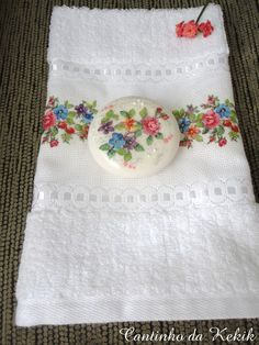 Conjunto de Toalha de Lavabo e Sabonete Making Bar Soap, Sewing Machine Projects, Home Made Soap, Fabric Painting, Holidays And Events, Rock Art, Hand Towels, Needlework, Cross Stitch