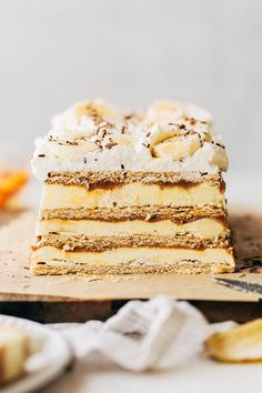 This banana icebox cake is made with the flavors of banoffee pie! It has layers of graham cracker, banana cream pudding, and dulce de leche. Banana Dessert Recipes, Homemade Desserts, Frozen Desserts, Fun Desserts, Cookie Recipes, Icebox Desserts, Frozen Treats, Cupcake Recipes, Dessert Ideas