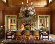 Более традиционные варианты: от камерных столовых в стиле кантри до парадной залы с монументальным камином. Везде одни и те же приметы: беленые или деревянные стены, открытые балки, простая удобная мебель.