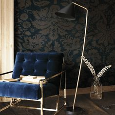 Galore floor lamp in brass with a black shade