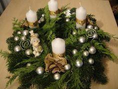 Csináld magad: adventi koszorú Az adventi koszorú elengedhetetlen kelléke a karácsony előtti időszaknak. Beszerzése november végén aktuális, hiszen a szenteste előtti negyedik vasárnapon már gyújtjuk is az első gyertyát! Idén ez december elsejére esik. Christmas 2017, All Things Christmas, Christmas Time, Christmas Crafts, Merry Christmas, Christmas Ornaments, Christmas Tree Inspiration, Advent Wreath, Xmas Wreaths