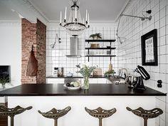 Götabergsgatan 9B, Vasastaden  2 r o k / 66 kvm - 3 500 000kr  @stadshem @fotografjonasberg #aptgbg #gothenburg #homedecor #home #lovely #elegant #luxury #apartment #inspiration #interior #interiordesign #scandinavianliving #stylish #beautiful #modern #tegel #decor #white #design #details #kitchen #kitchendesign #lamp #light #menu #art #barchairs #flowers #forsale #avenyn