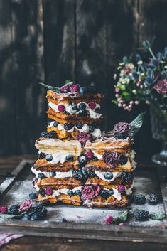 The 2019 wedding trend, Semi Naked Cake or Naked Cake is now the Wafflecake, crunchy Belgian waffles, vanilla cream and many fresh berries. Berry Wedding Cake, Wedding Sweets, Wedding Cakes, Waffle Cake, Naked Cakes, Number Cakes, Belgian Waffles, Vanilla Cream, Savory Snacks