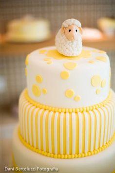 bolo do chá de bebê de Juliana Paes. Bolo de dois andares tema ovelha com listras amarelas e brancas.