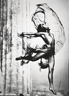 Προηγήθηκε κατά πολύ της εποχής της και σφράγισε με την πρωτοποριακή οπτική και τέχνη της την παγκόσμια ιστορία της φωτογραφίας. Νelly's η Ελληνίδα φωτογράφος που σημάδεψε την ιστορία της φωτογραφίας στον 20 αιώνα. Γεννημένη στο Αϊδινί της Μικράς Ασίας το 1899, η Έλλη Σουγιουλτζόγλου-Σεραϊδάρη περνάει τα μαθητικά της χρόνια στην Σμύρνη και 20 χρόνων πηγαίνει στην Δρέσδη να σπουδάσει ζωγραφική αλλα εκεί την κερδίζει η τέχνη της φωτογραφίας. Μετά την καταστροφή της Σμύρνης εγκαθίσταται στην… Antique Photos, Old Photos, Vintage Photos, Parthenon, Acropolis, My Athens, Athens Greece, Water Fairy, Shadow Photos