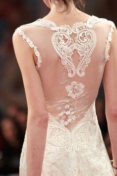 Vestido de novia con escote en la espalda, bordados y trasnparencia - Foto Claire Pettibone