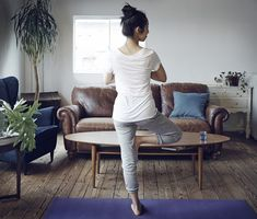 たった1分で、ウォーキング50分と同じくらいの効果があると言われる「片足立ち」。いつでもどこでも出来てしまう程簡単なので、気軽にトライすることが出来ちゃいます。運動が苦手な方にもオススメなダイエット法ですよ! Yoga Fitness, Health Fitness, Massage, Exercise, Diet, Workout, Beauty, Exercises, Ejercicio