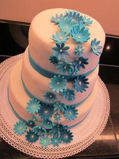 Heb je ook een kleur in je thema bruiloft? Ook daar kunnen wij rekening mee houden. Deze mooie stapeltaart heeft een open waterval van 3tinten blauwe bloemen. Voor meer informatie kijk eens op onze website 123gebak.nl