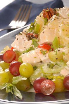 Charlie's Famous Chicken Salad with Grapes Ingredientes Ingredientes para 5 Ver Ofertas 2 1 / 2 taza de pollo , cocido, cortado en cubitos 1 taza de apio finamente picado 1 taza de uvas sin semillas , cortadas por la mitad 1 taza de nueces o pecanas (opcional) 1 cebolla pequeña , picada 1 / 2 cucharadita de sal 1 cucharadita de salsa de worchestershire 1 / 2 taza de Miracle Whip superando