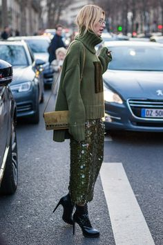 Hailey Baldwin Off-White Fashion Show March 2017 Style Casual, Casual Outfits, Fashion Outfits, Womens Fashion, Casual Chic, Sequin Skirt Outfit, Skirt Outfits, Green Sequin Skirt, Modell Street-style