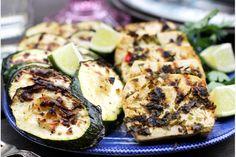 Grillad tofu med chimichurri | Kung Markatta - kungen av ekologiskt  Tofu marinerad med chimichurri är en smaksensation! Mynta, persilja, koriander, chili, lime och vitlök livar upp tofun med både hetta och friskhet. Om koriander inte faller dig i smaken kan den ersättas med ännu mer persilja eller färsk basilika.