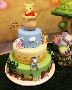 Gefälschter Kuchen Winnie the Pooh! # Winnie-the-Pooh Baby Party, Baby Shower Parties, Baby Shower Themes, Baby Shower Decorations, Shower Ideas, Winnie The Pooh Cake, Winnie The Pooh Birthday, Gateau Baby Shower, Baby Shower Cakes