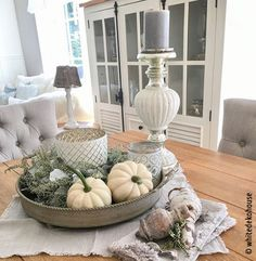 Ideas for an autumn decoration with pumpkin- Ideen für eine Herbstdeko mit Kürbis On the table, a sideboard, in front of the house entrance or on the terrace – you can arrange an autumn decoration with pumpkin everywhere.