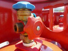 Das neue Kältemittel R-32 in einem Stahlzylinder. Das Ventil ist mit einem LINKSGEWINDE ausgestattet