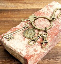 【鍵×コインモチーフ付釣り針フック型キーホルダー】重厚感のあるアンティークゴールドのキーホルダー。釣り針フック型でバッグやパンツのベルトループに付ければアクセサリー感覚で使えます。商品ページ→ http://manage.shops.net/item?itemid=21924