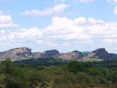 Conjunto de rochas e vales é formados há milhares de anos em Caçapava do Sul (Foto: Reprodução/RBS TV)