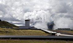 | Usina geotérmica Hellisheidi - a maior usina geotérmica do país e a segunda maior do mundo | Na Islândia existe um projeto chamado CarbFix, que visa controlar as emissões de dióxido de carbono, o gás do efeito estufa, na atmosfera. Para isso cientistas transformaram esse gás em uma pedra: é o primeiro sistema que injeta o dióxido de carbono no basalto, rocha vulcânica rica em silicatos de magnésio e ferro.