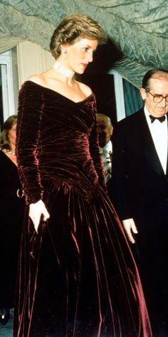 Princess Diana in Catherine Walker burgundy velvet ball gown Princess Diana Dresses, Princess Diana Rare, Princess Diana Fashion, Princes Diana, Princess Of Wales, Ball Dresses, Ball Gowns, Catherine Walker, Diane