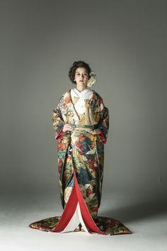 si tratta di una specialità di kimono da matrimonio in affitto . Tonalità classiche del modello Tang Flower pino albero prugna nero / grigio / verde