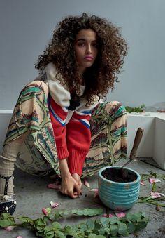 Editorial Vogue STREETWEAR:Combinados a saias rodadas de comprimento mídi, jaquetas perfecto e blusões oversized típicos damoda de rua ajudam a levar a estética retrô da GUCCI aumnovo patamar de desejo (Foto: Mariano Vivanco)