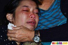 Tangisan keluarga korban jatuhnya pesawat Sukhoi di Bandara Halim Perdanakusuma, Jakarta, Kamis (10/5).