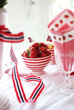 mai strawberries and red white blue Constitution Day, Public Holidays, Fourth Of July, Norway, Food To Make, Red And White, Strawberry, Fruit