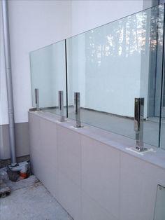Glass railings Стеклянное ограждение балкона на нержавеющих стойках