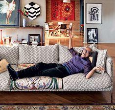 """José Simão, o """"esculhambador-geral da República"""", abre a casa e mostra tudo! Criador de bordões hilários sobre a cena política do país, ele vive cercado de memórias, arte e ícones de design, em um universo muito autoral"""