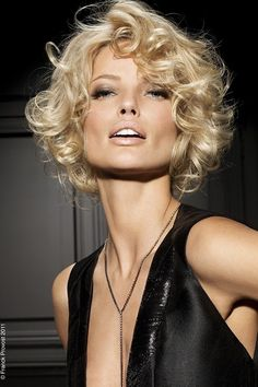 The hairstyles hairstyles Short blonde Curls fringe Bob With Small Curls Short hairstyles pictures COSMOTY De - Hairstyle blond curls Wonderful hairstyles short Modern Bob haircuts have a favorite of innovations, The hairs. Beauté Blonde, Blonde Curls, Short Blonde, Curly Blonde, Curls Hair, Medium Blonde, Perm Hair, Modern Bob Hairstyles, Older Women Hairstyles